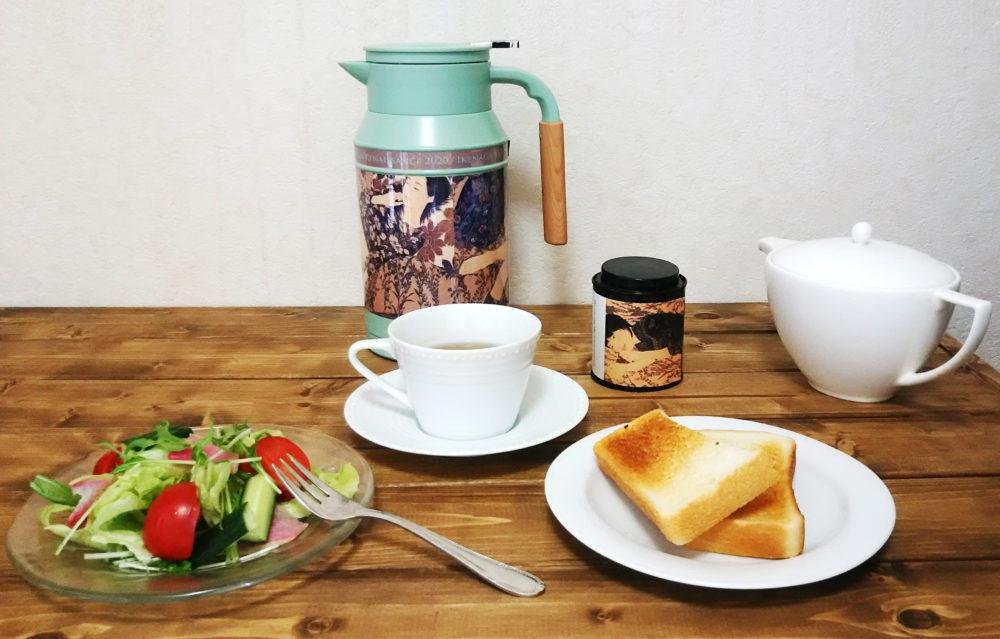 日常と特に密接な食卓。ポットと紅茶缶で彩りを添える。
