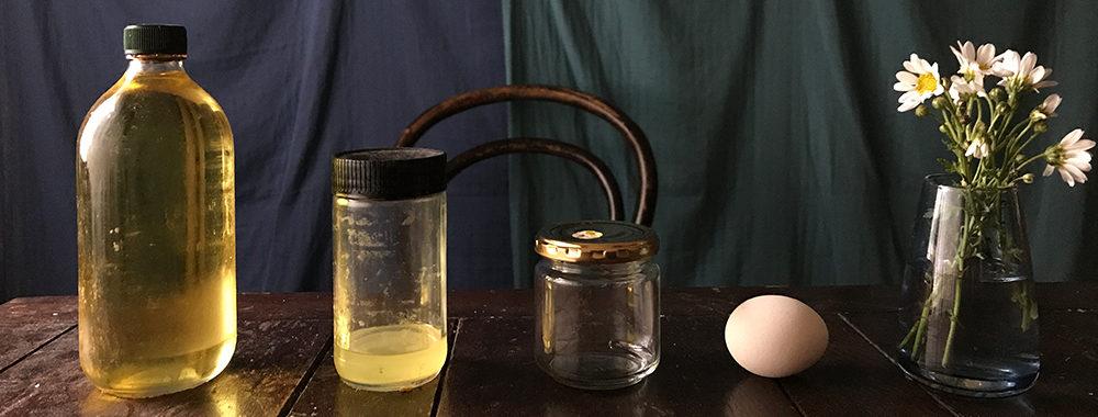 テンペラ絵具は卵を用いたエッグテンペラを使用。